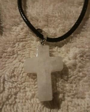 Kette mit weissem Kreuz